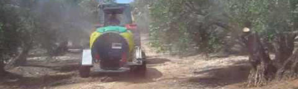 Tractor trabajando con Atomizador Caffini